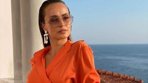 Ксения Мишина восхитила сеть соблазнительным образом: фото в оранжевом костюме