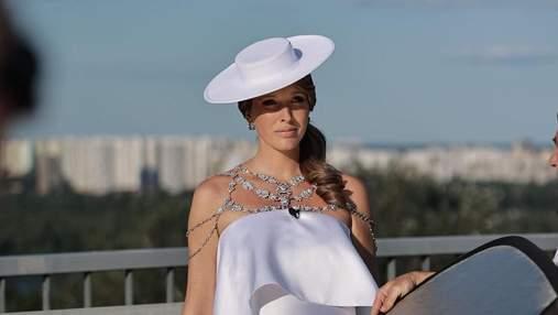 Катя Осадчая очаровала нарядным образом в белом платье с камнями