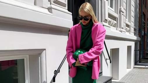 Зеленое трикотажное платье, розовый жакет и сабо на каблуке: стильный выход немки Леони Ханне