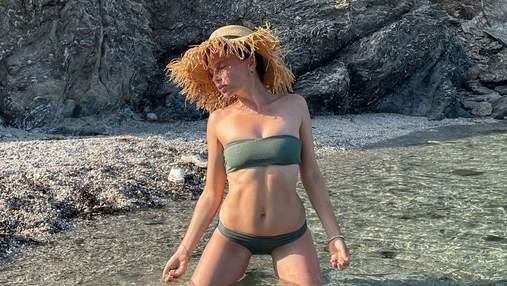 Ірена Карпа засвітила форми у купальнику без бретелей: гарячі кадри