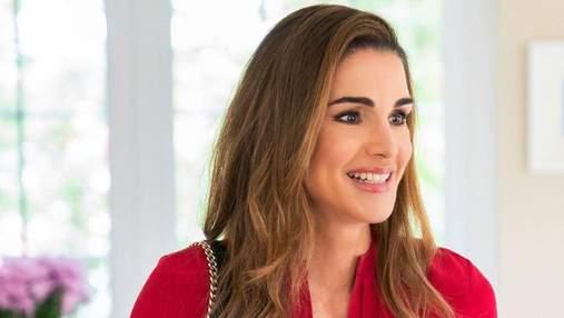 Королева Рания покорила элегантностью в красной блузке: фото нового выхода