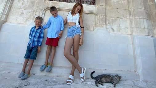 Alyosha на Кіпрі прогулялася в коротких джинсових шортах: фото з синами