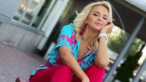 Лілія Ребрик підкреслила розкішну фігуру яскравим костюмом: фото стильного образу
