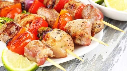 Як приготувати курячий шашлик у духовці: рецепти на шпажках та на решітці