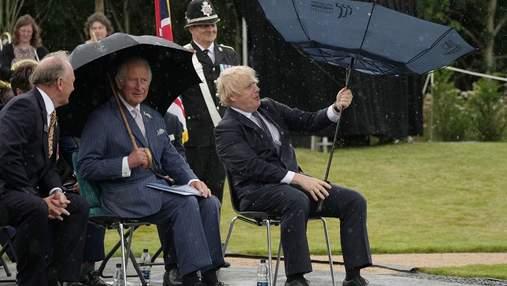 Парасоля влаштувала запеклий батл прем'єру Британії Джонсону: епічне відео