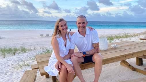 Настоящая гармония: Риз Уизерспун показала редкое фото со своим мужем возле океана