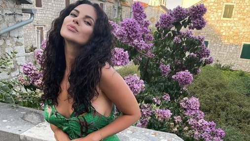 Настя Каменських на відпочинку вирушила на прогулянку: фото в зеленій сукні