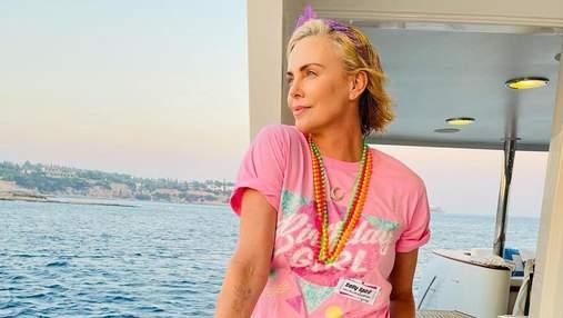 Шарлиз Терон отметила день рождения на вечеринке в стиле 80-х: яркие фото и забавные образы