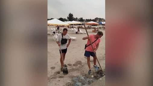 """Медуз сбрасывают в море с мусором: в сети показали, как """"очищают"""" пляж в Геническе – видео"""