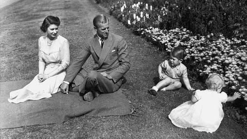 С принцем Филиппом и Елизаветой II: принц Чарльз показал фото, сделанное 70 лет назад