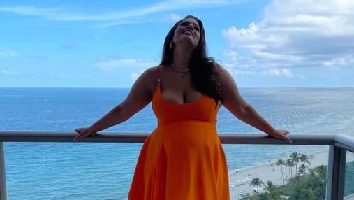 Наче апельсин: вагітна модель Ешлі Грем похизувалась великим животиком у сукні Versace