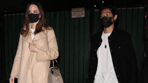 Анджеліна Джолі прийшла на вечерю у білому костюмі та нюдовому пальті: стильний осінній образ