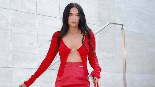 Меган Фокс прогулялася у модному кардигані на одній застібці та спідниці Jacquemus: стильне фото