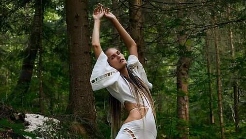 Алла Костромічова зачарувала образом у білій сукні з кропиви серед карпатського лісу: фото