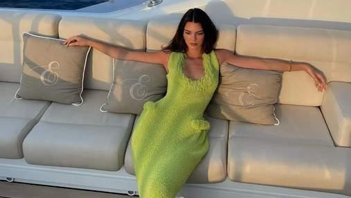 """Кендалл Дженнер отправилась на прогулку в платье Bottega Veneta с накладными """"бедрами"""": фото"""