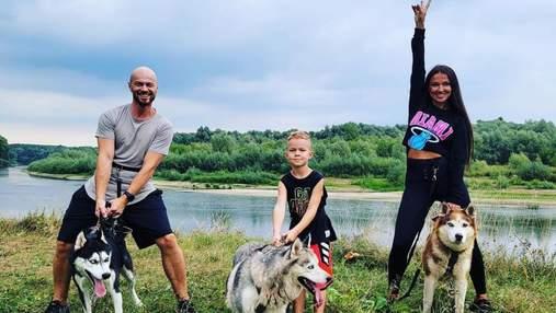 Влад Яма відпочиває з дружиною та сином: сімейне фото