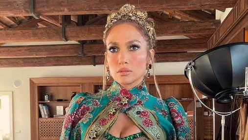 Дженнифер Лопес пришла на показ Dolce&Gabbana в короне и топе с кристаллами: удивительный выход