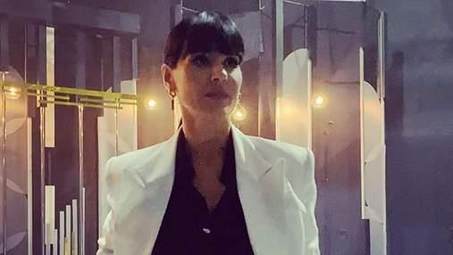 Маша Єфросиніна поєднала білий жакет з костюм total black: відео в діловому образі