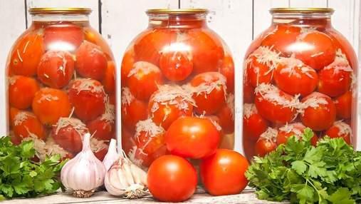 """Домашня консервація: помідори """"в снігу"""" з ароматним часником"""