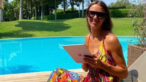 Дружина Григорія Решетника засмагає в Туреччині: фото в яскравій сукні