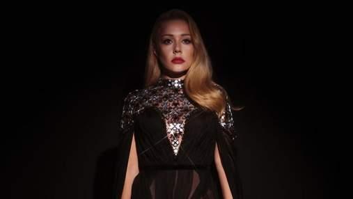 Тіна Кароль приголомшила образом у напівпрозорій сукні з розрізом