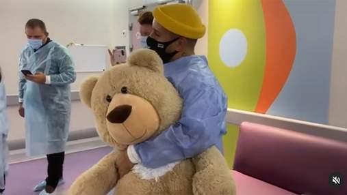 Монатік зробив сюрприз прихильниці, яка поборола рак: зворушливе відео з лікарні
