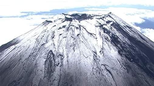 Священная гора Японии покрылась снегом на месяц раньше: волшебное видео