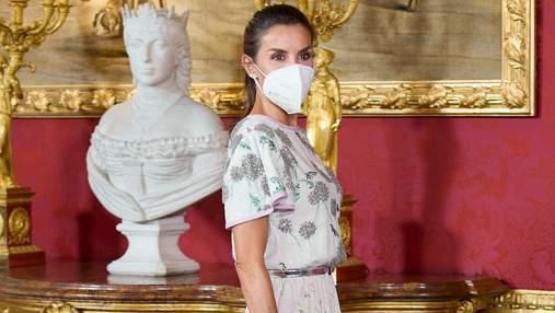 Летиция пришла на деловую встречу в нежном образе: снимки королевы в блузке и юбке