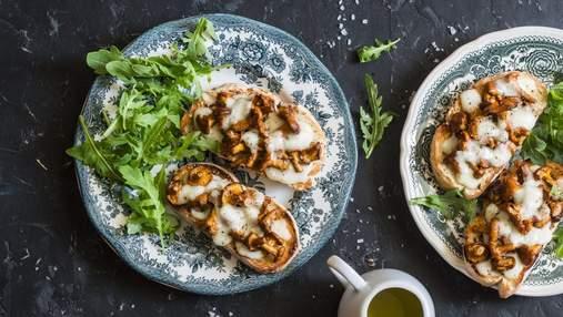 Бутерброди до сніданку: рецепт зі смаженими лисичками та моцарелою