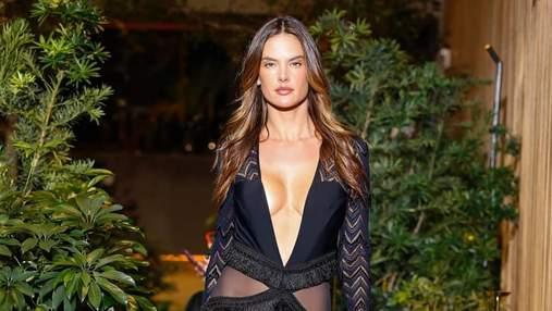 40-річна Алессандра Амбросіо дефілювала на показі в сукні з розрізами на тілі: ефектні кадри