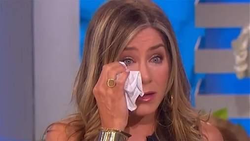 Дженнифер Энистон расплакалась на ток-шоу: эмоциональное видео