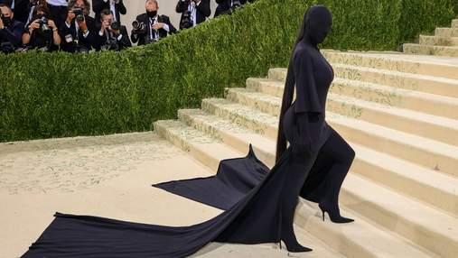 Кім Кардашян шокувала своєю появою на Met Gala у чорному образі з ніг до голови: фото