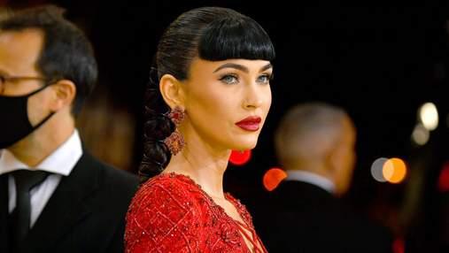 Роковая женщина: Меган Фокс с новой прической появилась на Met Gala в красивом платье с вырезами