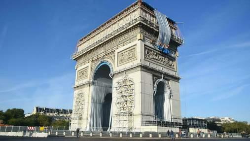 Тріумфальну арку в Парижі почали обертати тканиною: навіщо затуляють відомий пам'ятник