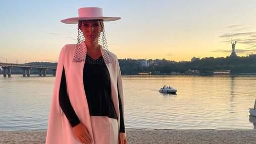 Катя Осадча в капелюсі з вуаллю прийшла на світський захід: нові фото
