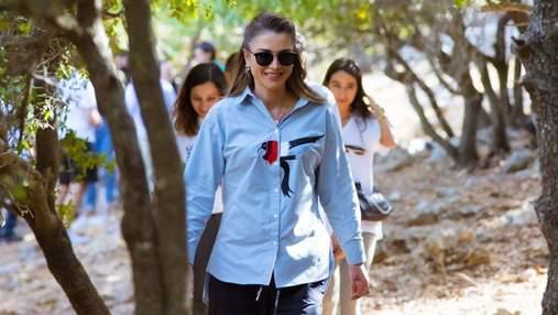 Королева Ранія показала повсякденний образ: фото в сорочці та штанах