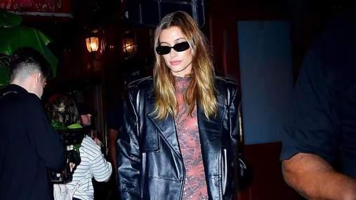 Хейли Бибер восхитила идеальным образом в кожаном тренче и босоножках: впечатляющий выход