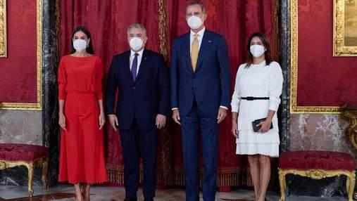 Королева Летиция позировала в роскошном красном платье: фото с официальной встречи