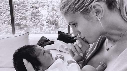 Відома модель Девон Віндзор вперше стала мамою: чуттєві фото