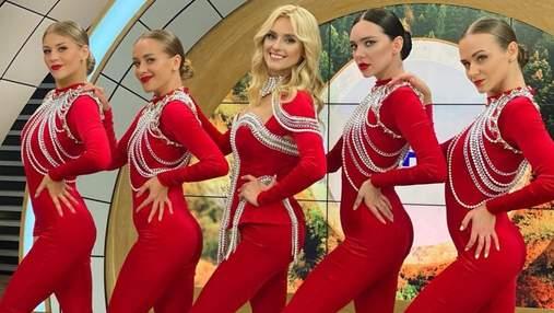 Ирина Федишин показала яркий сценический образ: фото в красном комбинезоне