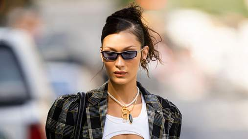 Белла Хадід одягнула на прогулянку стильний костюм в клітинку: модний вихід