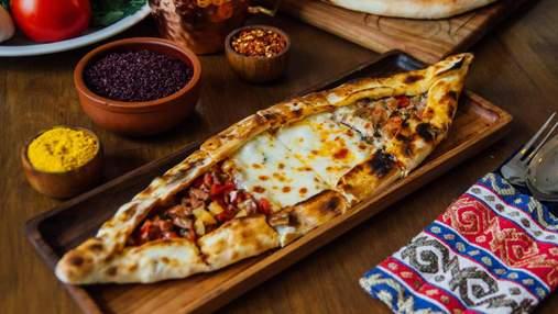 """Турецкая пицца – пиде: рецепт вкуснейшей """"лодочки"""" с мясом и овощами"""