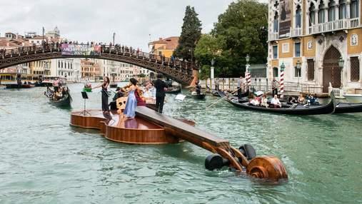 Гигантская скрипка проплыла по Гранд-каналу Венеции – струнный квартет дал концерт прямо на ней