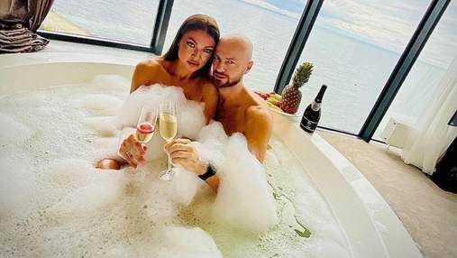 Влад Яма відпочиває в Одесі з дружиною: пристрасні фото з джакузі