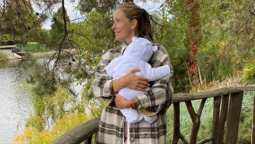 Катя Осадчая показала, как в гримерке кормит сына грудью