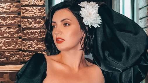 Оля Цибульская обольстительно позировала во Львове фото певицы в мини-платье