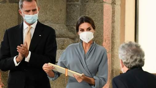 Королева Летиція показала стриманий образ: фото у сірій сукні