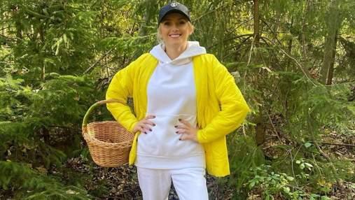 Ірина Федишин у білому костюмі та жовтій куртці пішла по гриби: фото