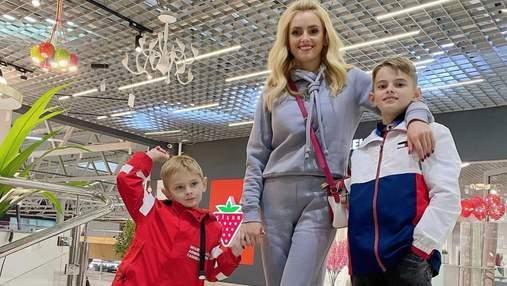 Ирина Федишин на шопинге с сыновьями: фото повседневного образа певицы