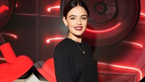 С красными губами: Люси Хейл показала самый модный осенний макияж на показе Miu Miu в Париже